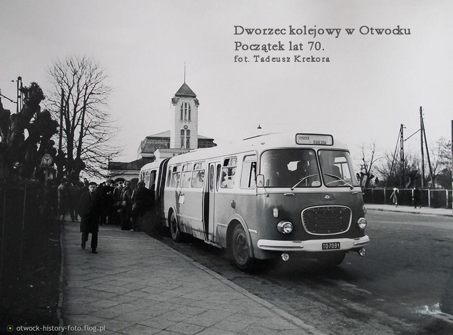 Autobus przed dworcem kolejowym w Otwocku